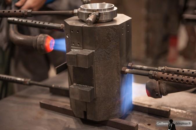 fonderie arts et métiers - Le moule est chauffé au gaz jusqu'à 220°C pour l'application du poteyage.