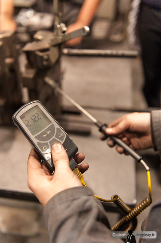 reportage fonderie : la coulée au renversé - Un thermocouple permet de vérifier la température du moule. Ici 212°C : ce n'est toujours pas ça.