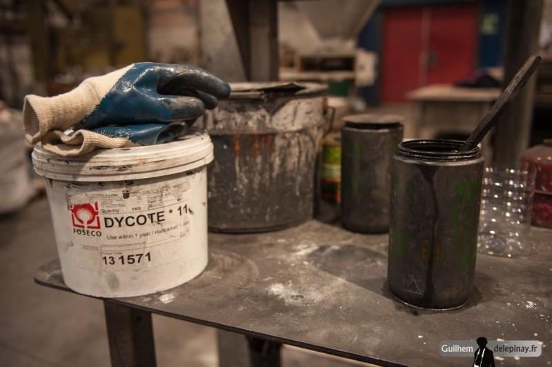 fonderie arts et métiers - Le poteyage utilisé est ici du graphite contenant des particules d'une taille de six microns. Il sera pulvérisé sur le moule avec un pistolet spécial.