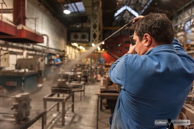 fonderie arts et métiers - Projection du poteyage au graphite sur le moule