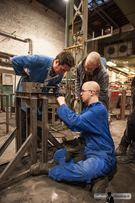 fonderie arts et métiers - Le moule est ensuite remonté sur son support basculant.