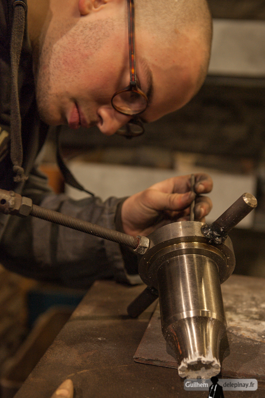 reportage fonderie : la coulée au renversé - La broche, pièce venant sur la partie supérieure de l'amphore, reçoit elle aussi du poteyage.