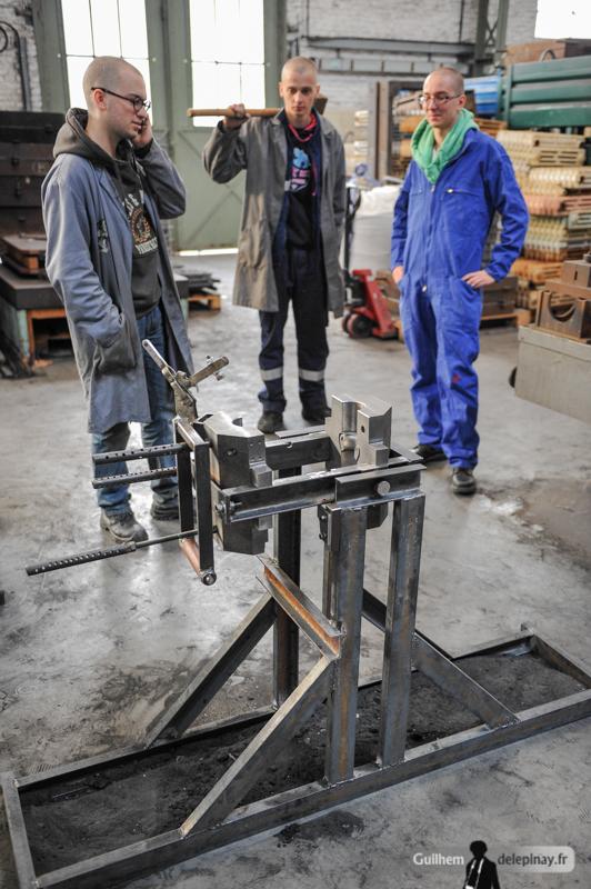 """fonderie arts et métiers - Montage du moule, avec sa spécificité assez rare dans le monde de la fonderie : le cendrier est moulé avec la technique du renversé. Cette technique permet d'avoir une pièce creuse sans """"noyau"""" dans le moule. Pour réaliser le moulage, il faut verser de l'aluminium jusqu'à ras-bord dans le moule, puis retourner le moule après quelques secondes. L'aluminium en contact avec le moule sera solidifié, tandis que l'intérieur, toujours liquide, sortira du moule : on obtient ainsi un pièce creuse !"""