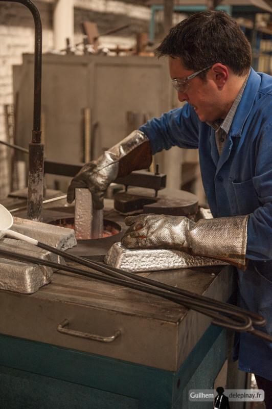 reportage fonderie : la coulée au renversé - L'aluminium est à présent en fusion dans le four. A plus de 700°C, il faut être très vigilant en manipulant le métal en fusion.