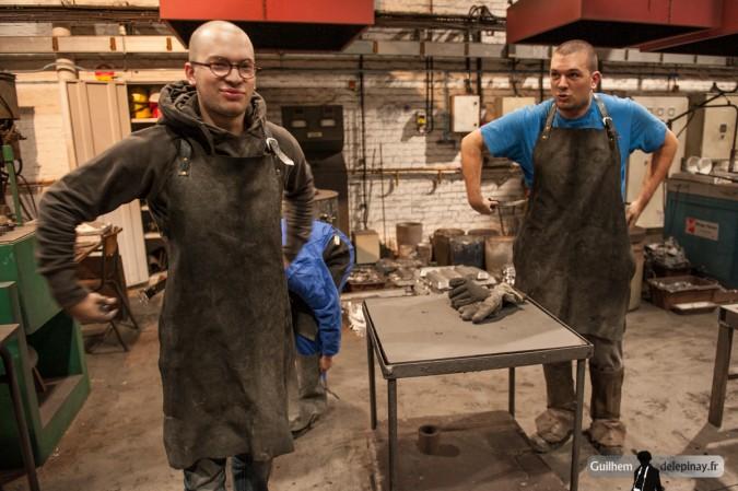 reportage fonderie : la coulée au renversé - Habillage des exécutants : cuir de rigueur !