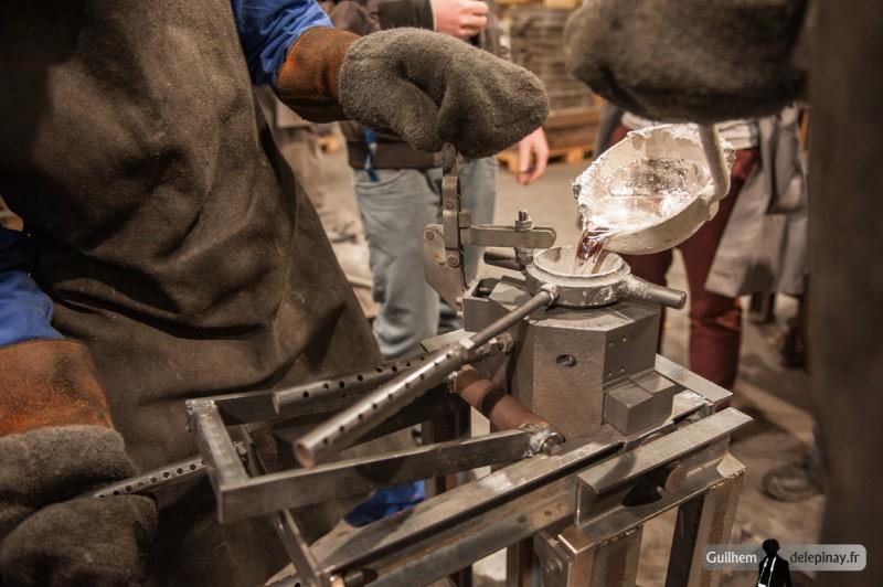 fonderie arts et métiers - L'opération doit être effectuée rapidement mais sans précipitation : la peau de l'aluminium, en contact avec l'air, ne doit pas couler dans le moule sous peine de détériorer les caractéristiques du métal.