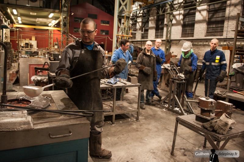 fonderie arts et métiers - Le couleur doit apporter l'aluminium en fusion, le couler, puis récupérer le surplus pour le remettre dans le four.