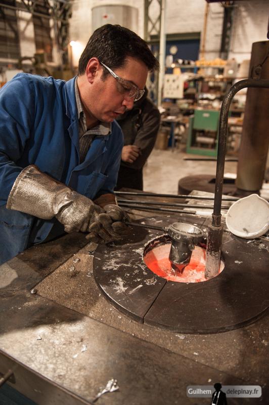 """fonderie arts et métiers - De l'aluminium solidifié dans la broche bouche l'orifice de """"vidage"""" du moule, provoquant des modèles pleins des amphores, qui ne sont du coup pas très économiques en quantité de métal : elles seront refondues dans le four."""