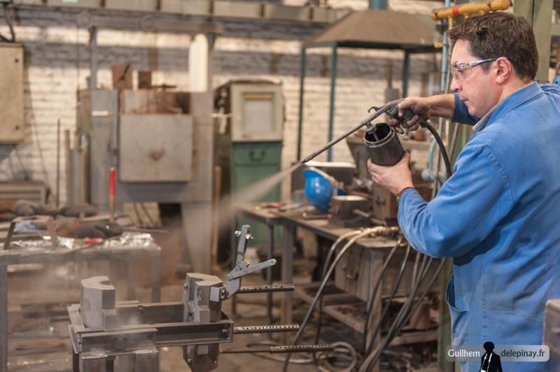 fonderie arts et métiers - Le poteyage, prévu à l'origine pour 200 pièces, doit être effectué à nouveau avant l'échéance : c'est l'occasion d'essayer de le modifier pour changer l'état de surface de la pièce finie.