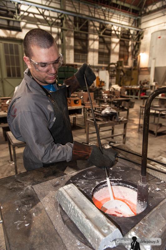 """fonderie arts et métiers - Le mouleur """"puise"""" l'aluminium dans le creuset maintenant l'aluminium à plus de 700C."""