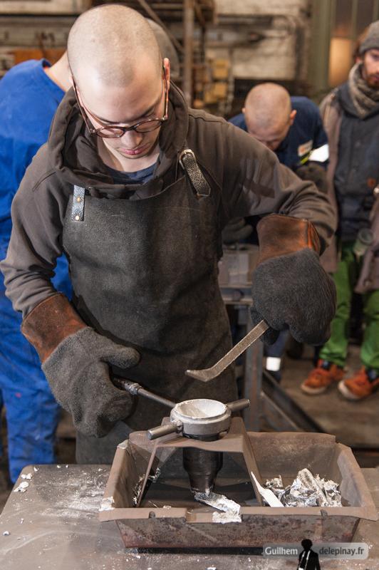 fonderie arts et métiers - Un travail de nettoyage de la broche doit être effectué entre chaque pièce : une seconde broche sera sans doute nécessaire pour optimiser la cadence de production des cendriers.