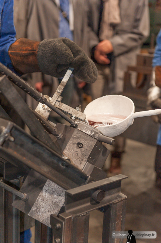 fonderie arts et métiers - L'aluminium est versé dans le moule