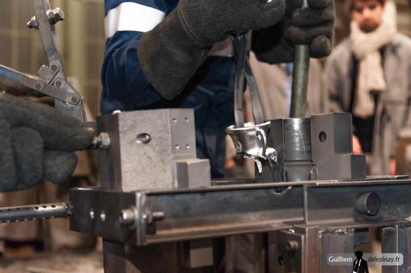 fonderie arts et métiers - Le moule est ouvert pour récupérer la pièce : ici, elle n'est pas complète car un problème est survenu au moment de verser le métal.