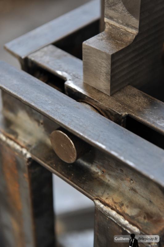 "report Foundry : the inverted casting - Point central de ce montage de coulage ""renversé"" : the pivot of the mold."