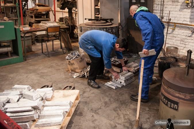 reportage fonderie : la coulée au renversé - Les barres d'aluminium sont placées près du four où elles seront fondues.