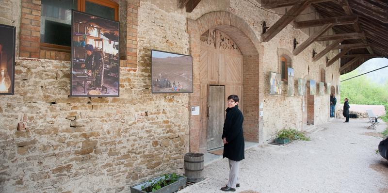 L'exposition photo, en extérieur, protégée de la pluie directe mais pas des vents !