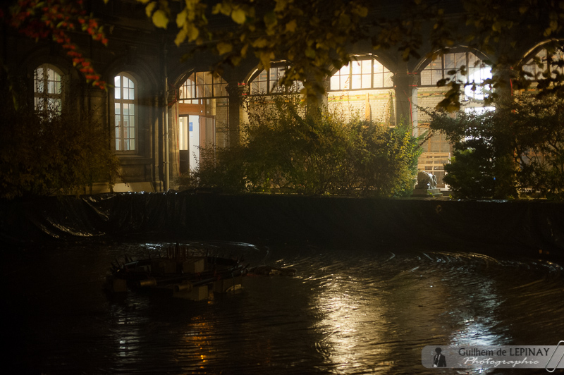 Les célèbres jets d'eaux vont se mettre en place tranquillement : la brume donne une ambiance particulière ce soir-là sur le bassin vide.